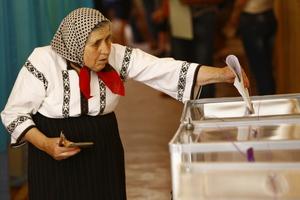 85-jährige Wählerin in Krasnoilsk während der Abgabe ihres Stimmzettels, Foto: OSZE / Michael Forster Rothbart